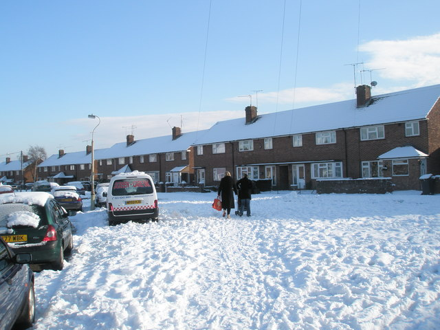 Trudging through the snow in Grateley Crescent