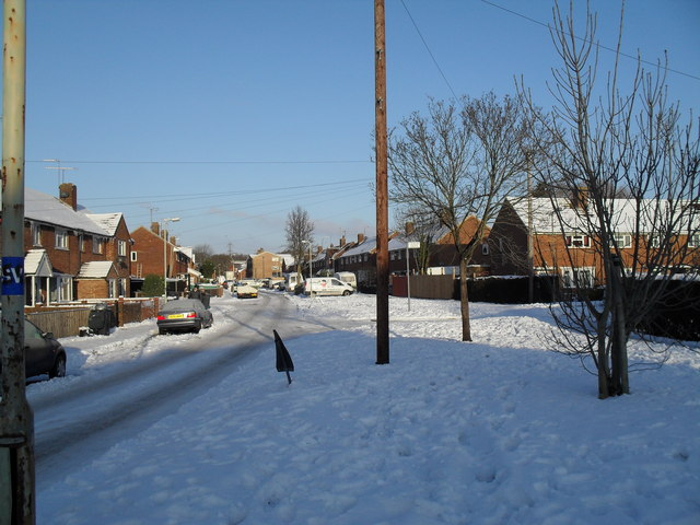 Approaching the junction of  a snowy Linkenholt Way and Colbury Grove