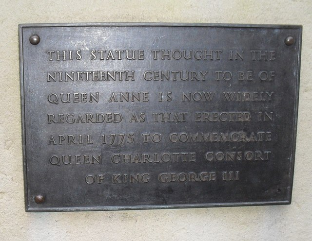 Explanatory plaque at the bottom of a statue in Queen Square