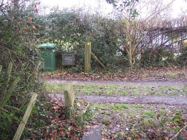 Footpath junction near Apps Farmhouse