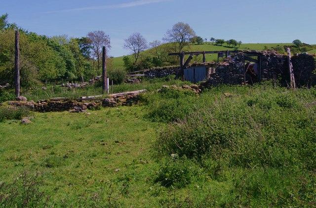 Derelict farm buildings at Nant-y-madwen