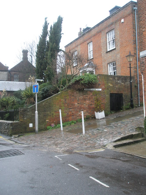 Approaching the junction of Tarrant Street and Bakers Arms Hill