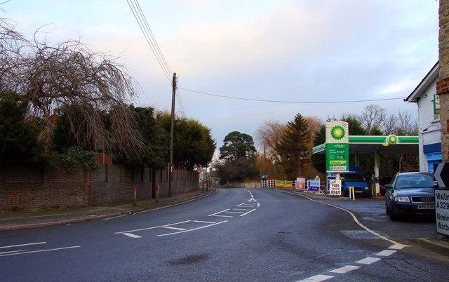 The A329 through Stadhampton