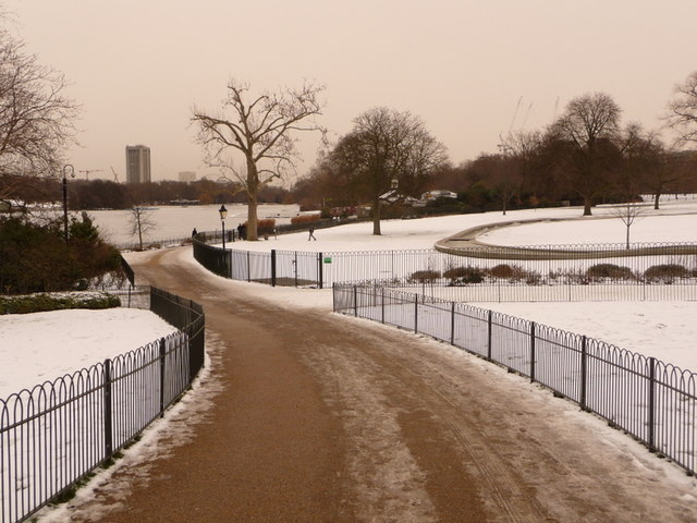 Hyde Park: path to the Serpentine and the Princess Di fountain
