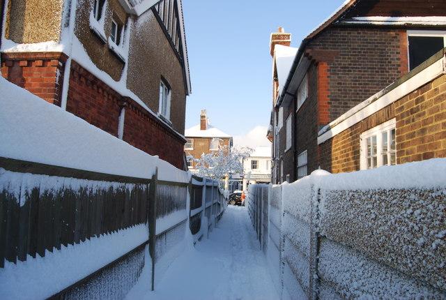 Snowy ginnel onto London Rd, Southborough