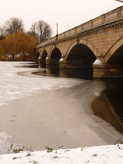 Hyde Park: serpentine-shaped thawing on the Serpentine