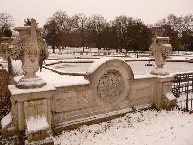 Kensington Gardens: the Italian Garden in snow