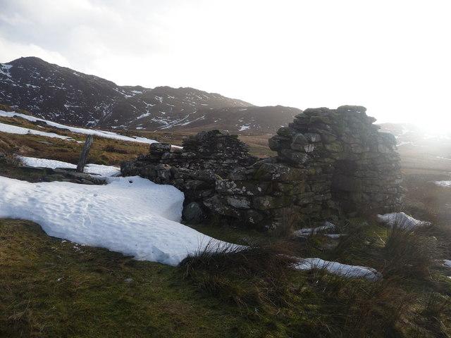 Small derelict barn below Clogwyn Gottal