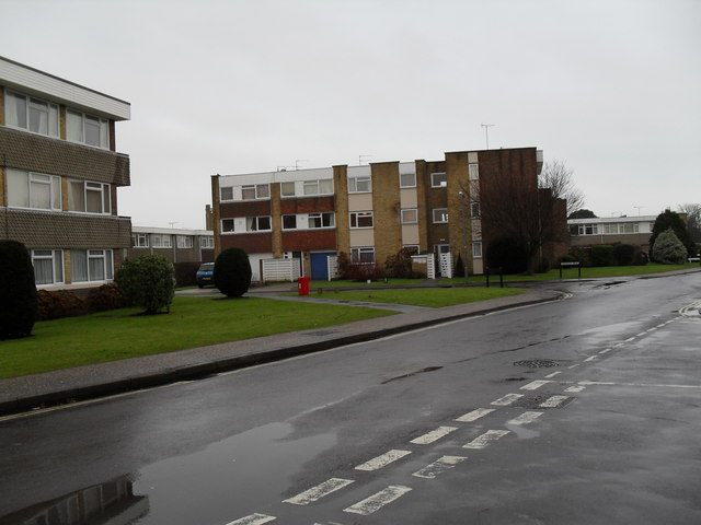 Approaching the junction of Woodlands Avenue and Ashwood Drive