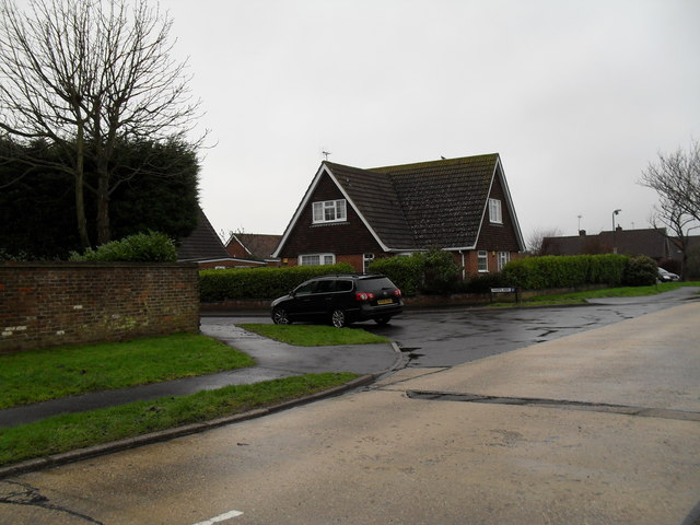 Approaching the junction of  Boxtree Avenue and Farm Way