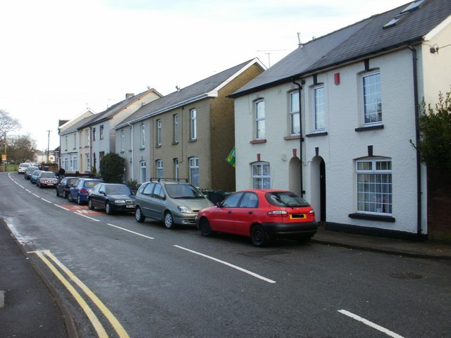 Contrasting housing on Woodfield Road, New Inn(1)