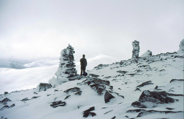 Cairns on the way to Geal-charn