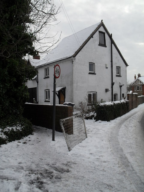 Road and path junction in Town Hall Road