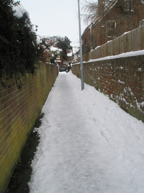 A snowy cut through from Juniper Square to  Grove Road