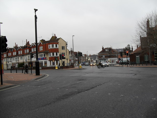 Approaching the crossroads of Station Road, Longford Road, Linden Road and Canada Grove (3)