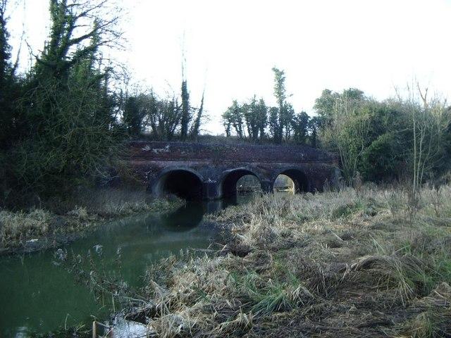 Oxford Canal crosses River Avon