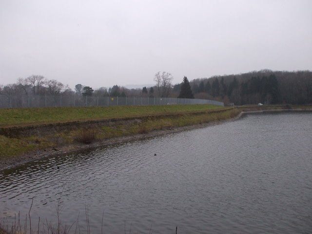 Bank and fencing between Lisvane reservoir and Llanishen reservoir