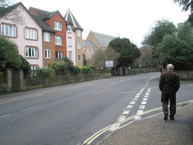 Approaching the junction of Den Avenue and the High Street
