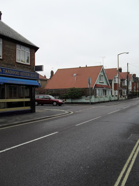 Approaching the junction of  Argyle Road and Bassett Road