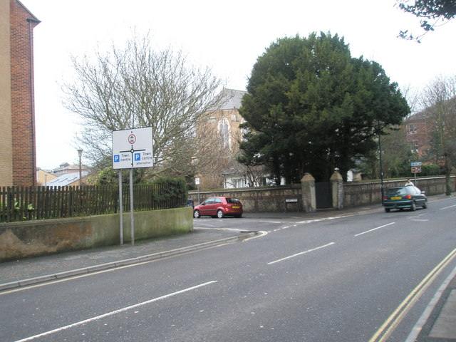 Approaching the junction of Albert Road and the High Street