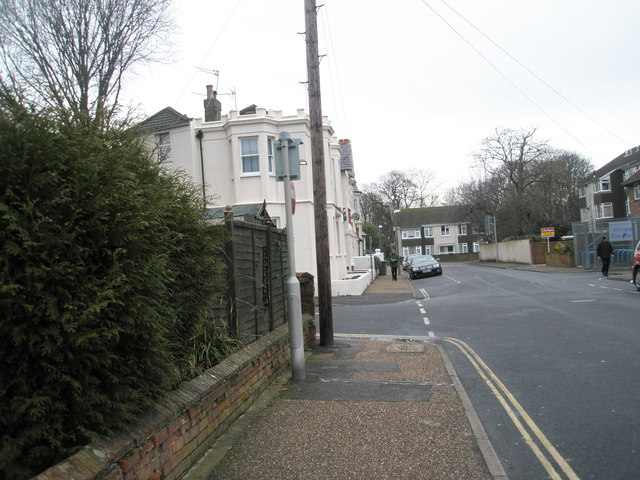 Approaching the junction of Glamis Road and William Street
