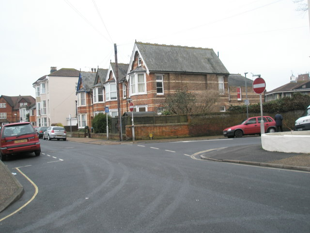 Approaching a bend in Glamis Road