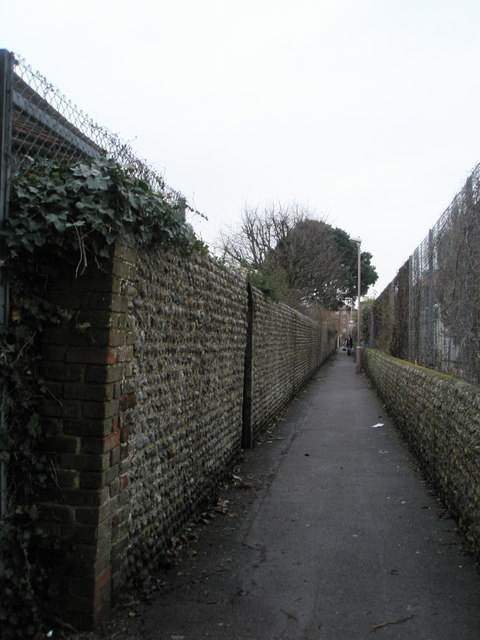 Footpath from Glamis Road to Lyon Street