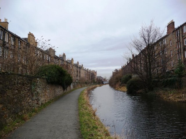 The Union Canal passing between Watson Crescent and Temple Park Crescent