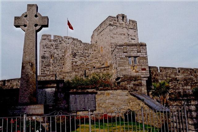 Castletown - Cross and Castle Rushen - View to NE
