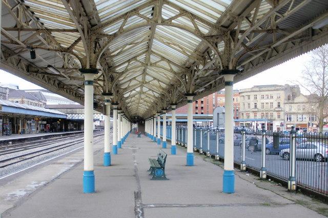 GWR bench, platform 1, Newport railway station