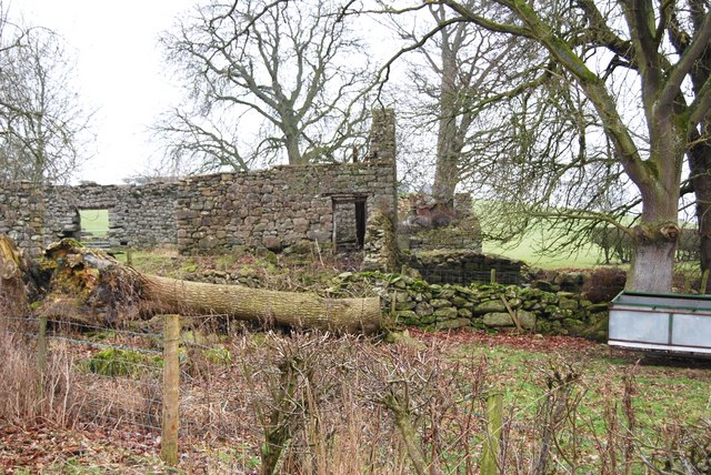 Derelict farm buildings at Plâs-uchaf