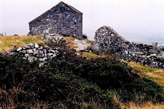Mull Hill - Footpath northwest of the  hill - Ruins, building