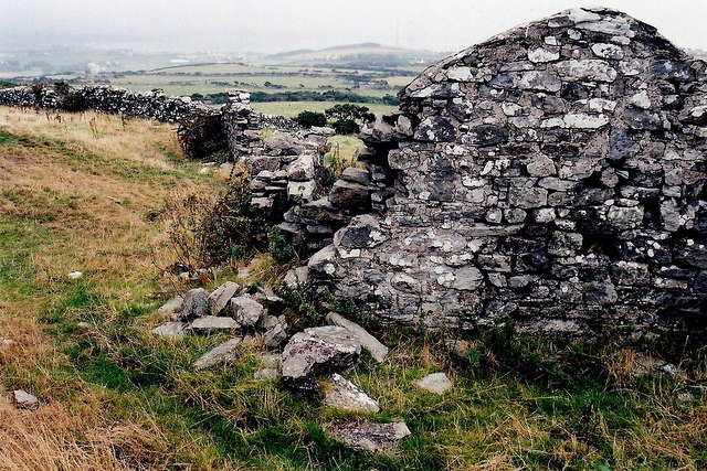 Mull Hill - Footpath northwest of the hill - Ruins and wall