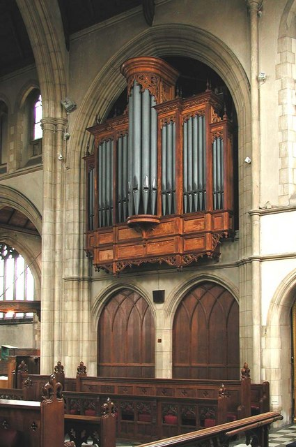 St George, Pinner View, Harrow - Organ
