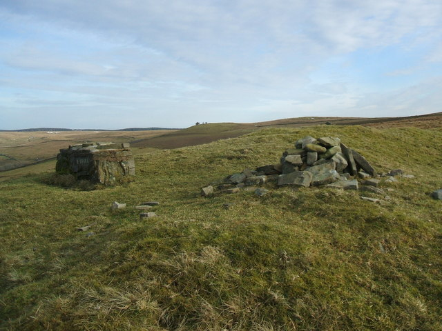 Cairn and seat, Tower Brae