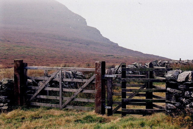 The Sloc - Gate for footpath to The Stacks