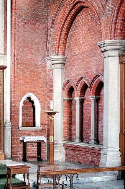 St Andrew, Alexandra Park Road, London N10 - Piscina & sedilia