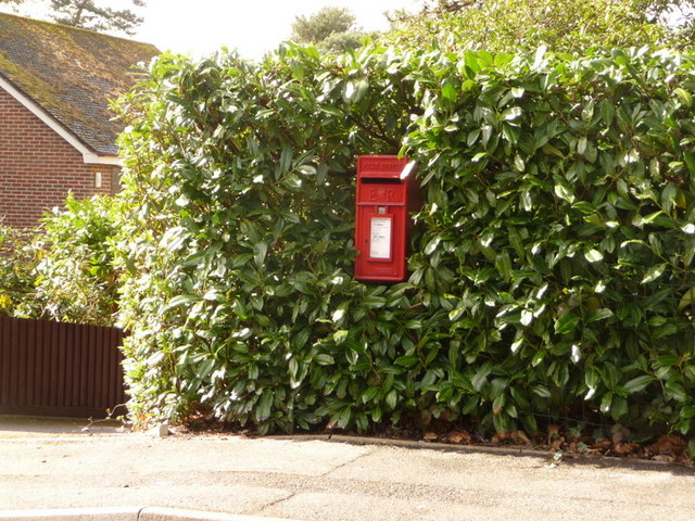 Broadstone: postbox № BH18 21, Lower Golf Links Road