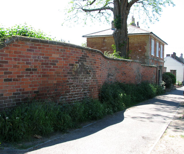 Serpentine wall, Long Melford