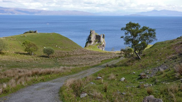 Ruins of Brochel Castle from the beginning of Calum's Road