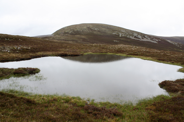 A small lochan SW of Geal-charn Beag