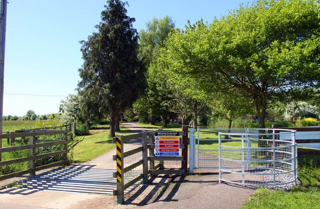 Cattle grid and kissing gate to King's Lock