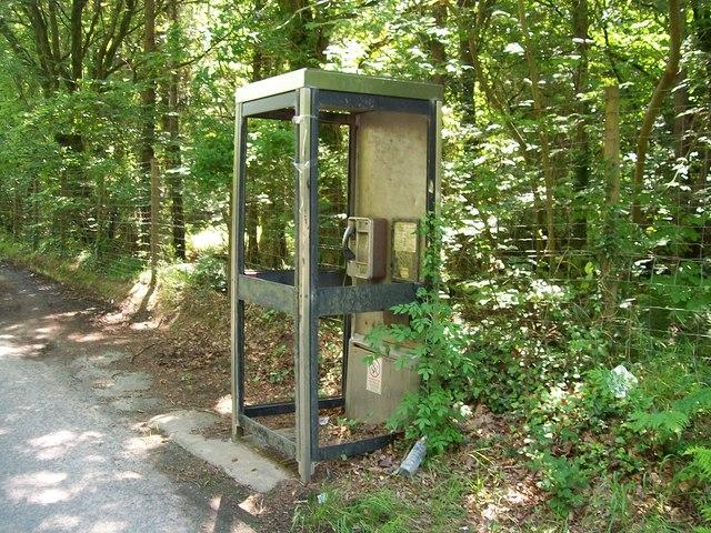 Vandalised phone kiosk in Coed Rhos-fawr