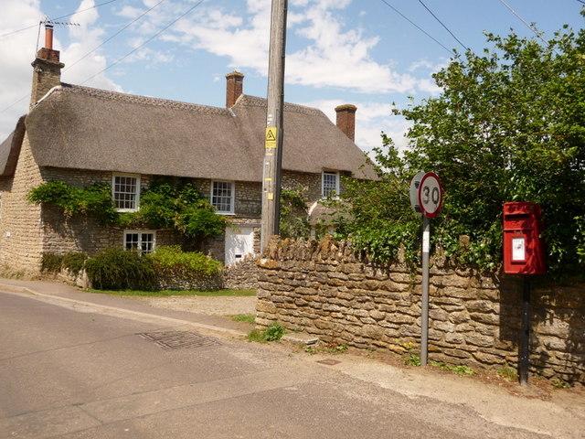 Stourton Caundle: postbox № DT10 88