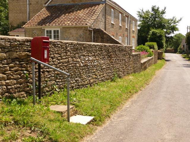 Stourton Caundle: postbox № DT10 138