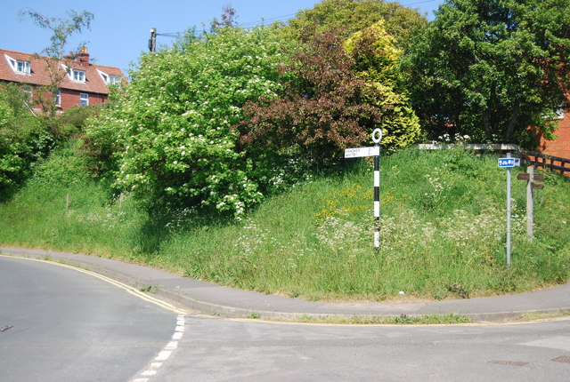 Road sign, junction of Station Rd and Mount Pleasant
