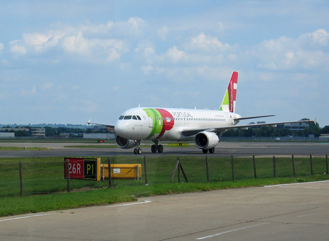 TAP Airbus A320 214