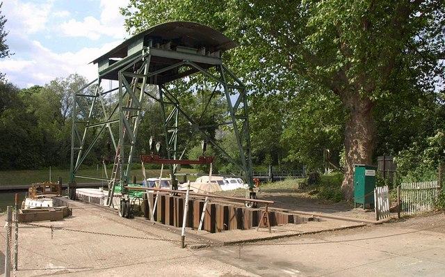 Travelling crane near Romney Lock
