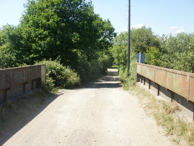 Heol Pont-y-cwcw  descends towards Lighthouse Road