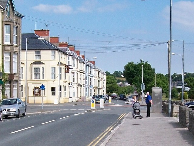The junction of Lon y Cob (Embankment Road) with Ffordd Mela